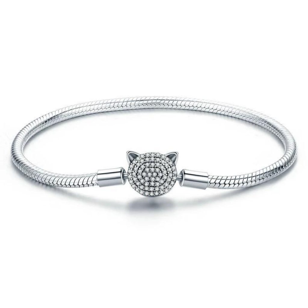 Bracelet en argent avec tête de chat en cristal
